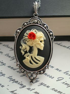 Biżuteria na spotkanie z wampirem