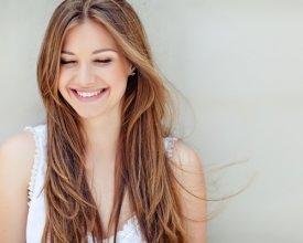 Chcesz, by Twoje włosy stały się błyszczące? Sprawdź sposoby na matowe włosy!